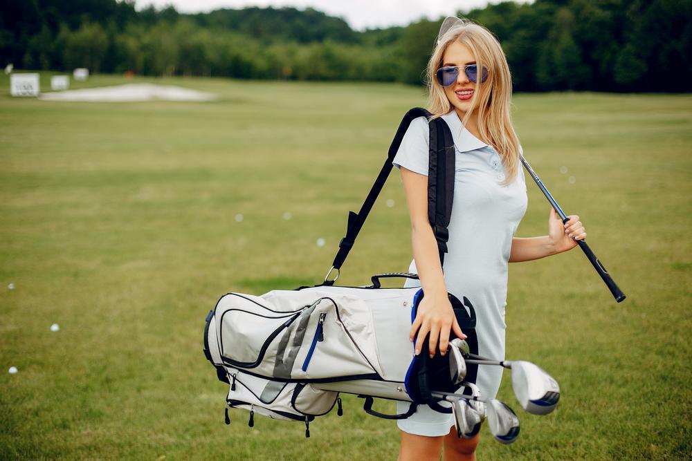 une vacancière avec son matériel de golf